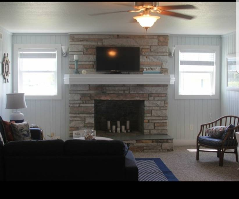 Fireplace / Living Room / Wanchese Marina Rental